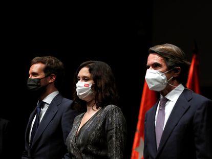 De izquierda a derecha, el presidente del PP, Pablo Casado; la presidenta de la Comunidad, Isabel Díaz Ayuso, y el expresidente del Gobierno y presidente de la Fundación FAES, José María Aznar.