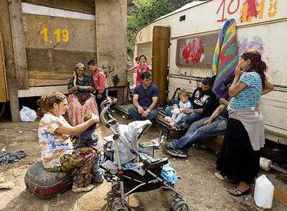 Un grupo de gitanos de la antigua Yugoslavia, en un campamento de la zona de Casilino, cerca de Roma.