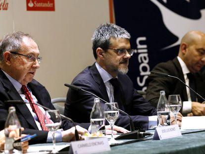 El presidente de la Cámara de Comercio de España, José Luis Bonet, (izquierda) junto al presidente de AmChamSpain, Jaime Malet, y el ex secretario de Estado de Comercio, Jaime García-Legaz, en Madrid.