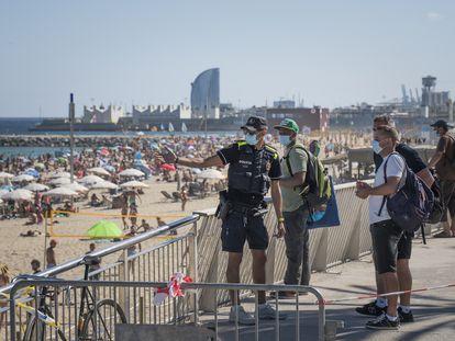Barcelona, 19/07/2020 Cuatro millones de catalanes llamados a quedarse en casa. En la imagen, varias acceden intentan acceder a la playa de Bogatell a pesar de la prohibici—n. Foto: Gianluca Battista