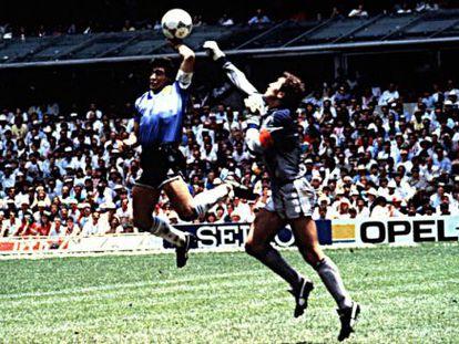 Maradona marca con la mano ante Peter Shilton.