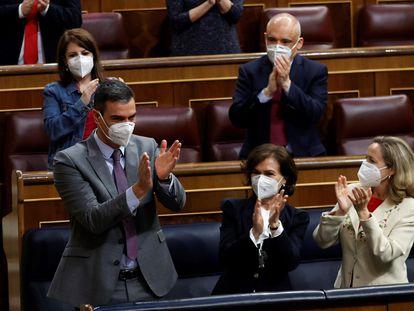 El presidente del Gobierno, Pedro Sánchez (a la izquierda) es aplaudido por la bancada socialista y los miembros del Gobierno tras su intervención este miércoles en el Congreso.