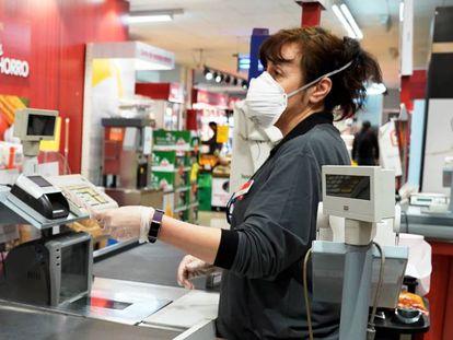 Una empleada con mascarilla en una tienda Dia.