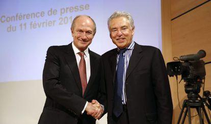 El consejero delegado de L'Oréal, Jean-Paul Agon, estrecha la mano del presidente de Nestlé, Peter Brabeck-Letmathe.