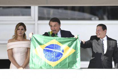 Bolsonaro exhibe la bandera durante su toma de posesión.