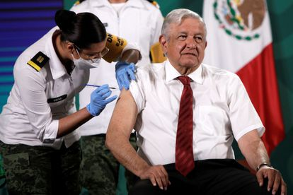 El presidente de México, Andrés Manuel López Obrador, recibe este martes la segunda dosis de la vacuna AstraZeneca.