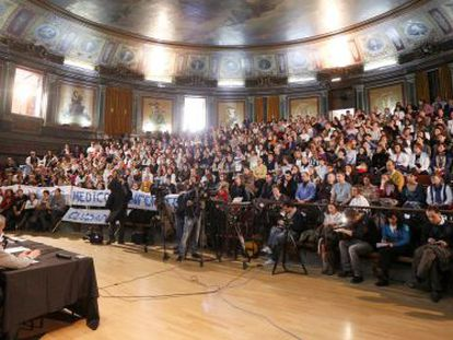 Asamblea de facultativos en el Colegio de Médicos de Madrid.