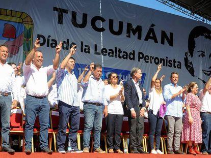 Gobernadores y dirigentes peronistas saludan desde el escenario montado en Tucumán para conmemorar el Día de la Lealtad.