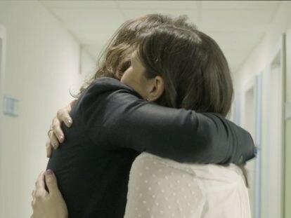 Abrazo entre Mercedes Sánchez y Beatriz Guzmán.