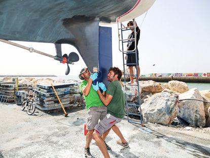 Reparación de la quilla destrozada por el encuentro con orcas con el velero del francés Benjamin Delahaie, en Puerto Sherry (Cádiz), este jueves.
