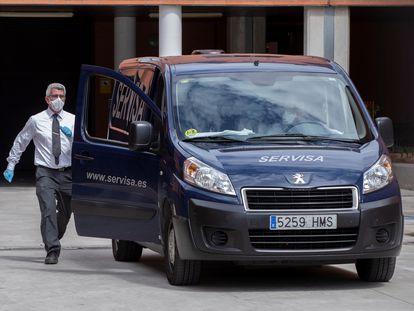 Un trabajador de una funeraria durante la recogida de una persona mayor fallecida en la residencia de ancianos Caser, de la pedanía murciana de Santo Ángel.