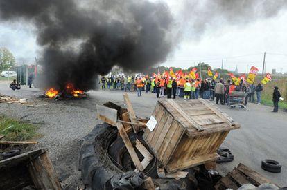 Huelguistas en la entrada de la refinería Donges' Total en Saint-Nazaire, Francia.