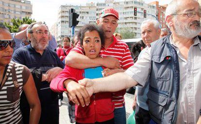 Gilberto Martínez, desahuciado de su vivienda, sujeta a su hija.