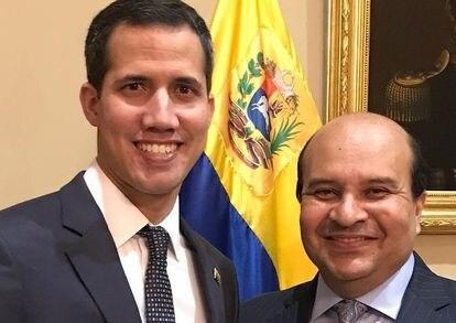 Juan Guaidó junto al periodista Roland Carreño.