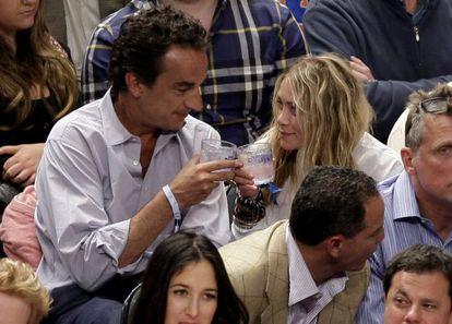 Mary Kate Olsen y Olivier Sarkozy, el 25 de abril, en un partido de la NBA.