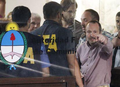 El exjefe kirchnerista del órgano regulador de medios audiovisuales de Argentina, Martín Sabbatella, en el desalojo policial del ente, este jueves.