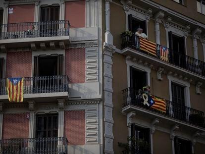 Banderas esteladas en balcones de Barcelona.
