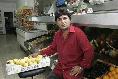 El paquistaní Seid, propietario de un colmado en Salt.
