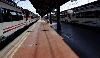 Andén ven la estación de tren de Chamartín (Madrid).