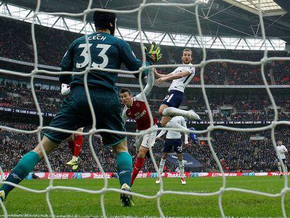 Kane marca de cabeza el gol decisivo al Arsenal.