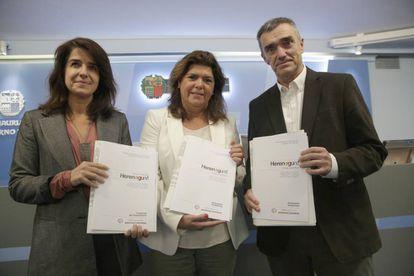 Aintzane Ezenarro, Maite Alonso y Jonan Fernández, en la presentación del programa educativo 'Herenegun'.