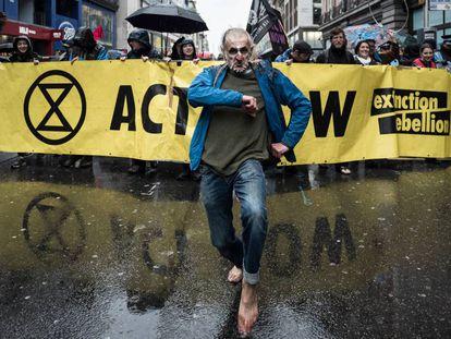 Miles de rebeldes desfilan por Oxford Street, una de las calles comerciales de Londres, durante la marcha fúnebre organizada para expresar su dolor y su desesperación por el cambio climático.