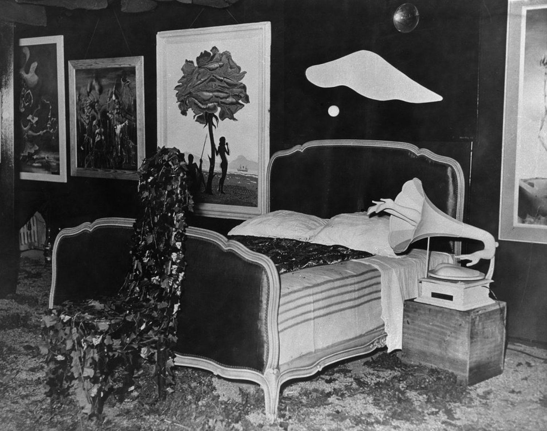 La habitación de la pesadilla, tal y como la diseñó Dalí. A la derecha de la cama, el fonógrafo de Óscar Domínguez.
