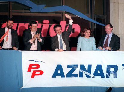 De izquierda a derecha, Mariano Rajoy, Francisco Álvarez Cascos, José María Aznar, Ana Botella y Rodrigo Rato, en la sede de la calle Génova, durante la celebración del triunfo electoral que dio paso al primer gobierno del PP.