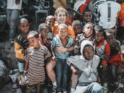 El exciclista Perico Delgado con un grupo de niños etíopes.