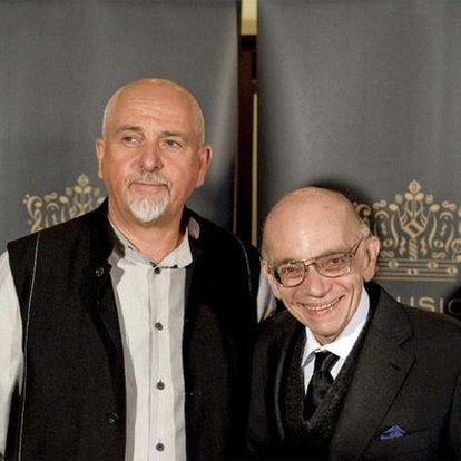 El músico británico Peter Gabriel y el creador de las Orquestas Juveniles e Infantiles de Venezuela, José Antonio Abreu, en la ceremonia en la que ambos recibieron el premio Polar