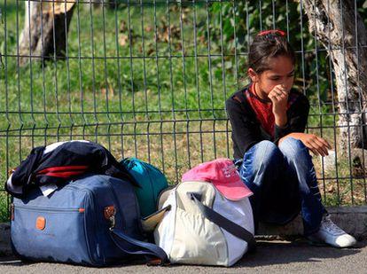 Ana Maria Putzi, una niña gitana, espera a ser deportada junto a su familia a Bucarest.
