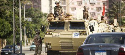 Soldados egipcios vigilan una calle de El Cairo.