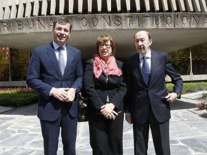 Tomás Gómez, Maru Menéndez y Alfredo Pérez Rubalcaba el lunes por la mañana delante del Tribunal Constitucional.
