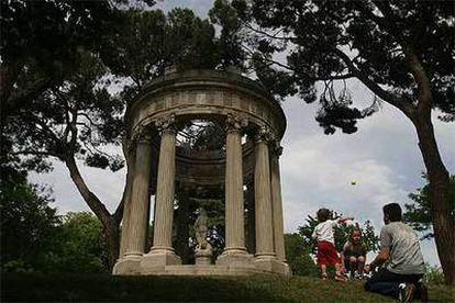 Una estatua de Venus en el templo del Amor en el jardín de El Capricho de la Alameda de Osuna, en Madrid.