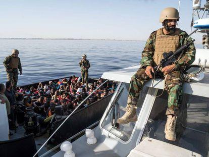 Un guardacostas libio observa una operación de rescate de migrantes que intentaban alcanzar las costas europeas.