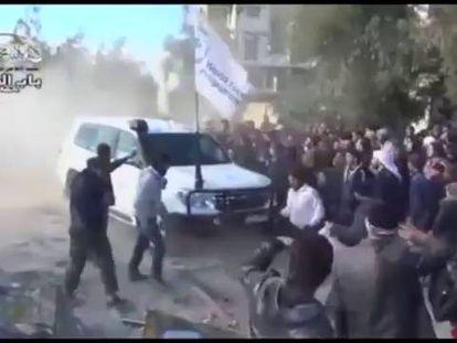 Detenidos en Homs (Siria) mientras son evacuados.