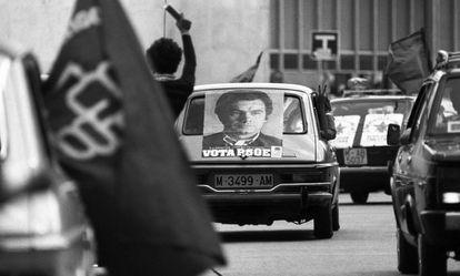 Caravana de coches con carteles de Felipe González, candidato del PSOE a las elecciones del 15 de junio de 1977.