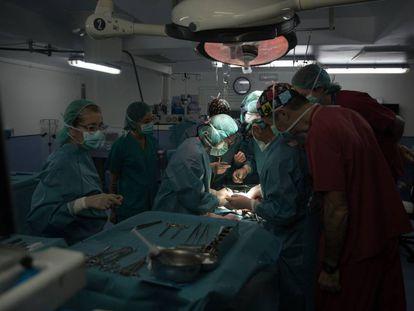 El doctor Manuel López Santamaría y su equipo operan a un niño de nueve años en el Hospital Universitario La Paz.