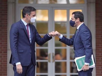 El presidente del Gobierno, Pedro Sánchez, y el de la Junta de Andalucía, Juan Manuel Moreno, se saludan el 17 de junio en La Moncloa.
