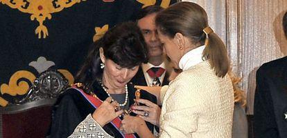 Cospedal entrega a Espejel la Gran Cruz de San Raimundo de Peñafort.