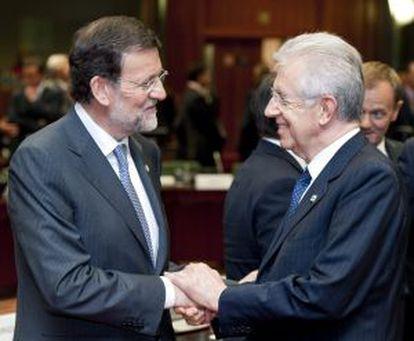 Mariano Rajoy saluda a Mario Monti.