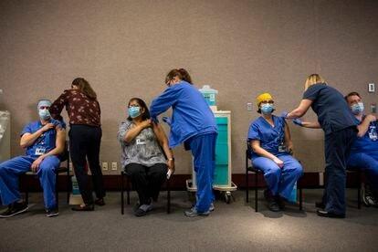 Trabajadores de la salud reciben la vacuna Pfizer-BioNTech en Portland, Oregon, en diciembre de 2020.