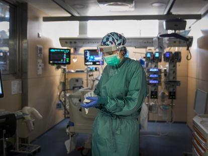 Un sanitario en la UCI del Hospital Vall d'Hebron de Barcelona, el 4 de mayo.