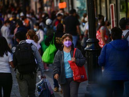 Cientos de personas caminan en el centro de Ciudad de México el pasado 3 de febrero.