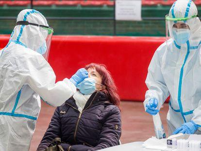 Una mujer se somete a un test en Burgos, el 27 de noviembre.
