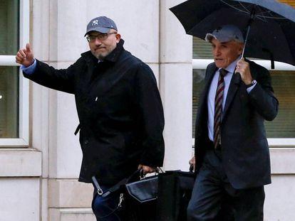 Eduardo Balarezo (izquierda) y William Purpura llegan al juicio contra el Chapo Guzmán, el 5 de noviembre en Nueva York.
