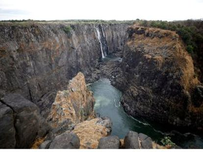 La peor sequía en 20 años ha mermado el caudal del río Zambeze, que alimenta el fenómeno natural del sureste africano