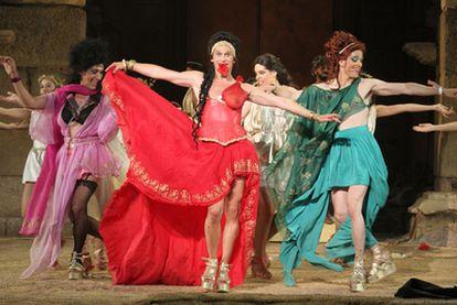 Paco León (de rojo), en una escena de <i>Lisístrata.</i>