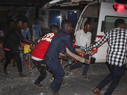 Traslado de un herido del atentado.