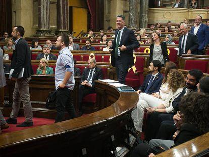 Diputados de Ciudadanos y del PP abandonan el hemiciclo del Parlament antes de la votación.